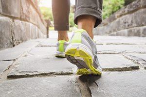 女性の足を守る「ウォーキングシューズ」の選び方&チェック方法