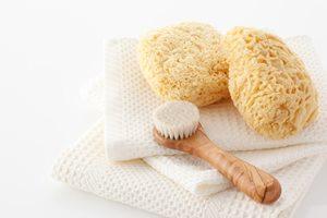 """""""洗顔ブラシ""""の正しい使い方と使用時の注意点"""