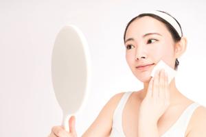 PMSの肌荒れに悩む方必見! アイテムを使い分けて美肌を目指そう