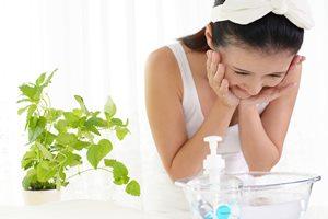 洗いすぎは逆効果!? 皮脂を抑えるための正しい洗顔方法