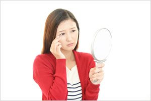 目の下の白いポツポツ「稗粒腫」を治す方法は?