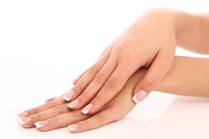 もしかして栄養不足? 気になる「二枚爪」の原因と予防法