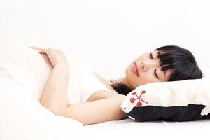 週末の寝溜めに注意! 寝過ぎがもたらす女性の肌への悪影響は?