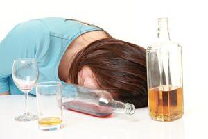 寝る前のお酒で「いびき」が悪化する? 防ぐための対策方法とは?