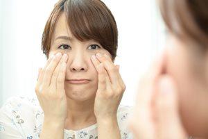 目の下のたるみは「眼輪筋」の衰えが原因している? 改善方法とは