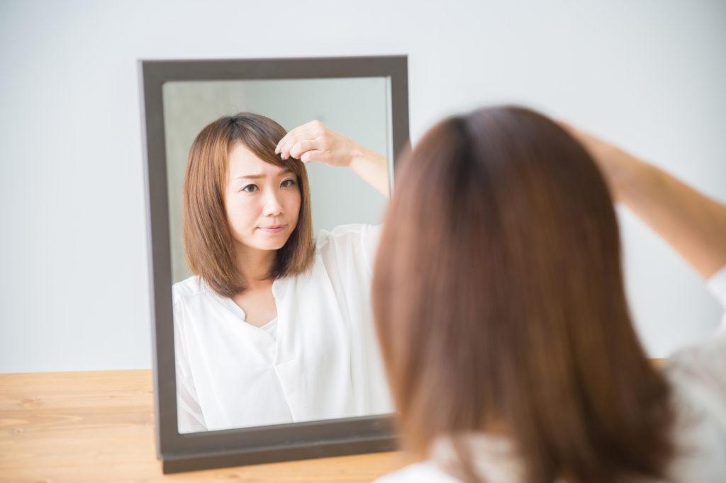 前髪がニキビの原因に!? 美しいおでこをキープする方法とは
