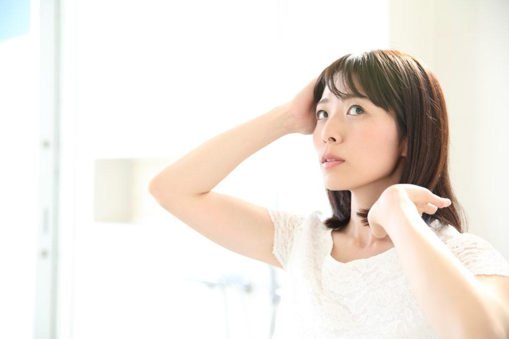 顔にも影響する「頭皮のたるみ」のセルフチェック方法&対策方法