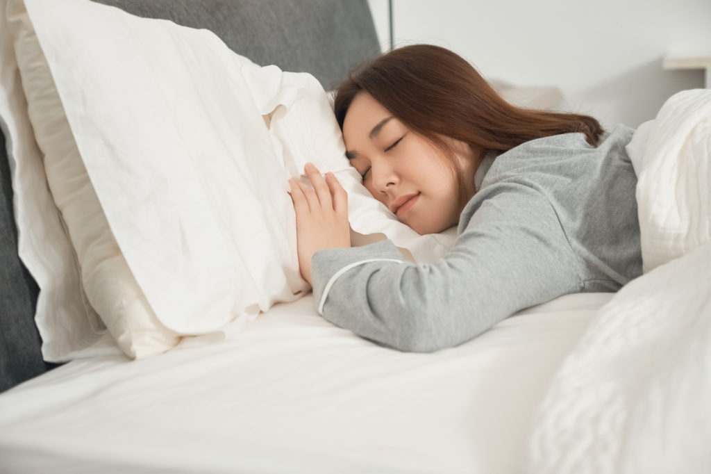 うつぶせ寝は顔のたるみを招く!? 肌に負担をかけない寝方とは