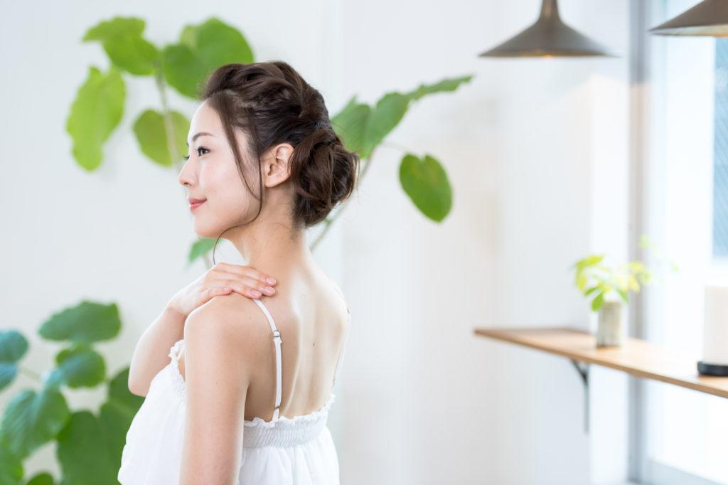 背中ニキビが気になる…… 原因とケア方法を知って美背中を手に入れよう!
