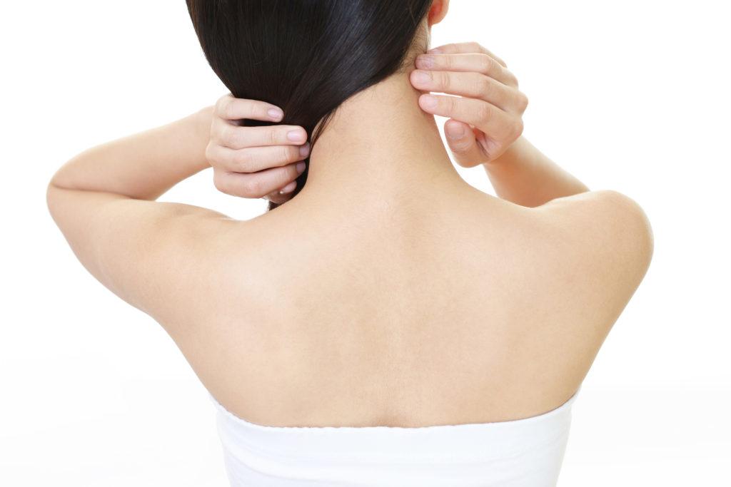 背中のニキビ跡が気になる……この原因とケア方法