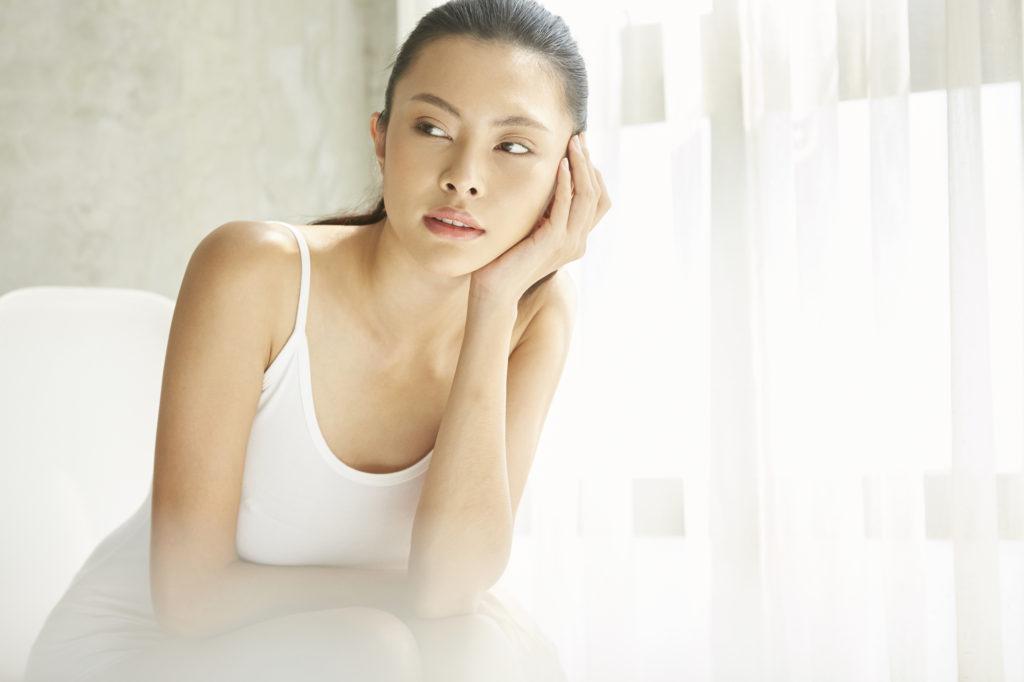 寝起きの肌のテカリがすごい……意外な原因と対策方法