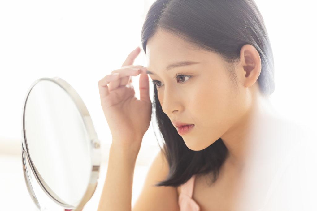 「脂性肌」の特徴と見分け方は? トラブルを防ぐ肌質チェック方法